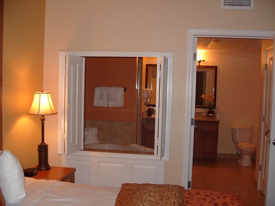 Floridays Resort Orlando: our bed room with corner bath