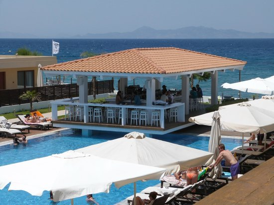 Villa Di Mare Luxury Suites: Lovely pool and bar