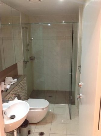 Meriton Serviced Apartments Brisbane on Adelaide Street: bathroom