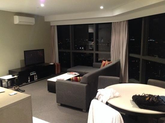 Meriton Serviced Apartments Brisbane on Adelaide Street: lounge and dining, the view is awesome from the top floors