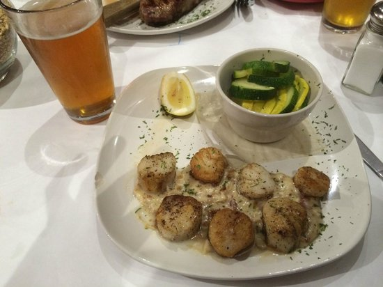 Barley and Hops Grill and Microbrewery: Scallops were good!