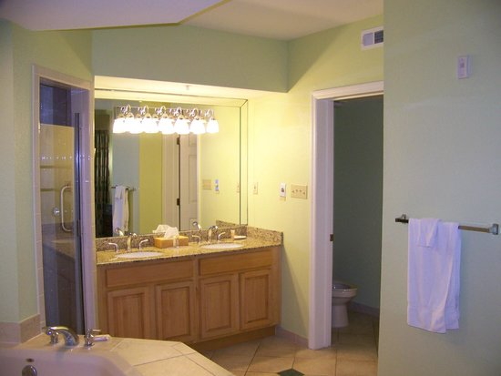 Star Island Resort and Club : HUGE master bath with separate toilet and shower area.