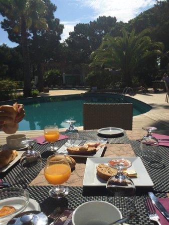 Kilina Hotel: petit déjeuner devant la piscine