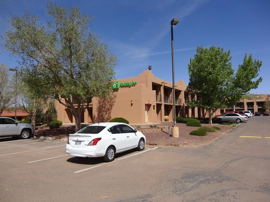 Holiday Inn Canyon de Chelly: The hotel as seen from the parking lot