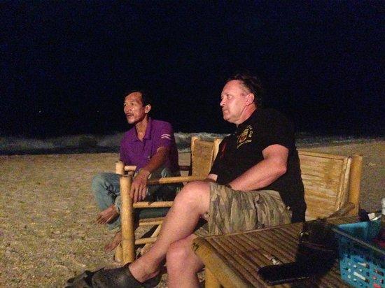 Lanta Palm Beach Resort: Trogna gästen med personal tittar på eldshow