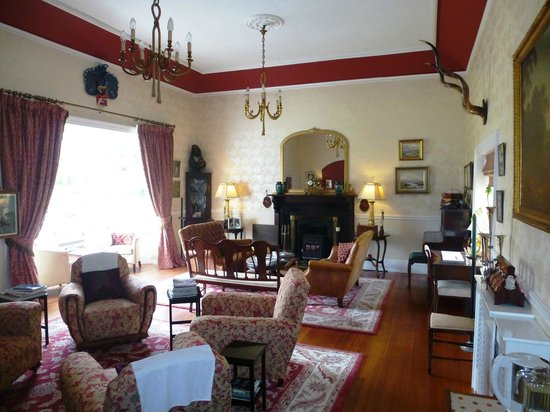 Mallmore Country House : Guest sitting Area with a fireplace