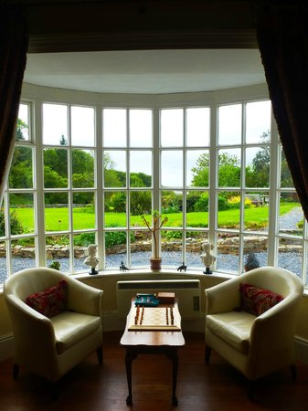 Mallmore Country House : Guest sitting Area with lots of books to read