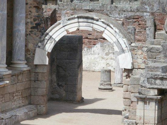 Roman Theater (Teatro Romano): arco in marmo nel teatro