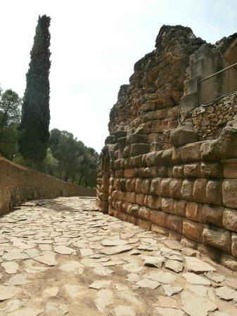 Roman Theater (Teatro Romano): strada esterna al teatro