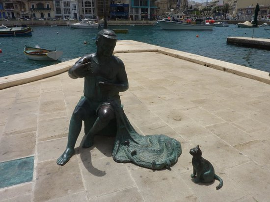 Baie de Spinola : Fisherman and cat statue