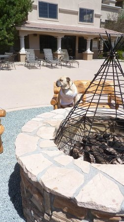 MCM Elegante Lodge & Resort: Travelin' Jack LUVs the Lodge Patio area-nice outdoor fire pit, comfy wood benches, and great vi