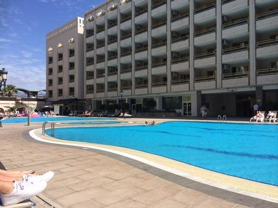 Kn Aparthotel Columbus: chill at the pools