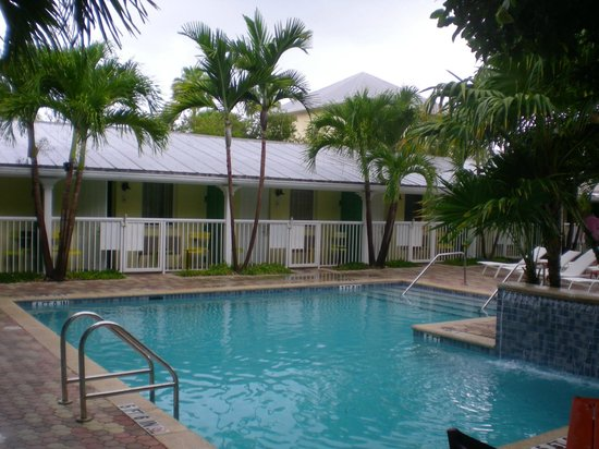 Almond Tree Inn : Pool view with rooms