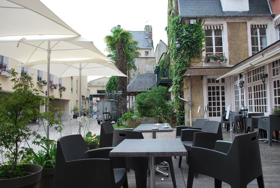 Le Lion d'Or: hotel courtyard