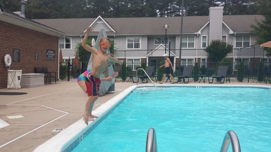 Residence Inn Pinehurst Southern Pines: Fun in the pool!
