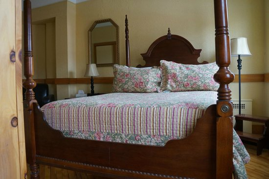 The Stratford Hotel: Bed