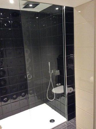 Hotel Indigo London Kensington: spacious bathroom