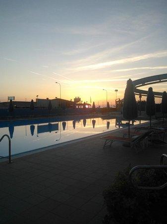 Boboba Il Villaggio : piscina al tramonto