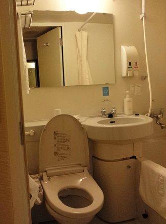 Meitetsu Inn Nagoya Nishiki : Tiny bathroom