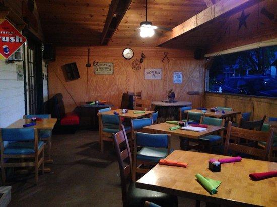 Buffalo Pointe Lodge: Allykat Cafe outside