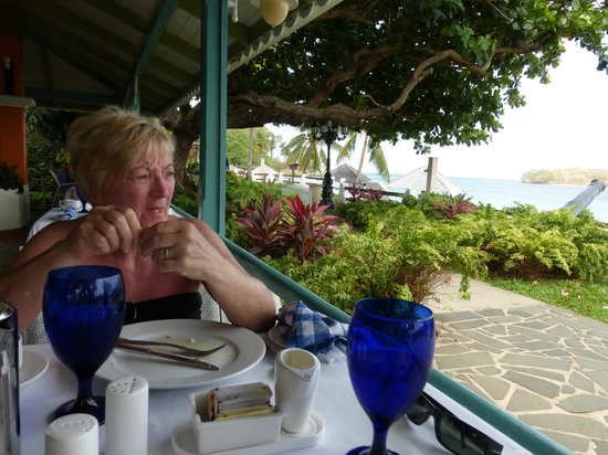 Sandals Halcyon Beach Resort: Breakfast at The Bayside