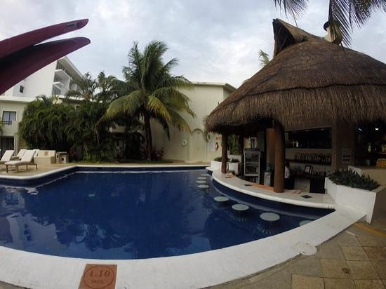 Laguna Suites Golf & Spa: pool bar