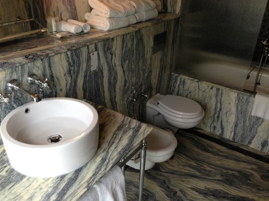 Adria Boutique Hotel: Our en suite bathroom