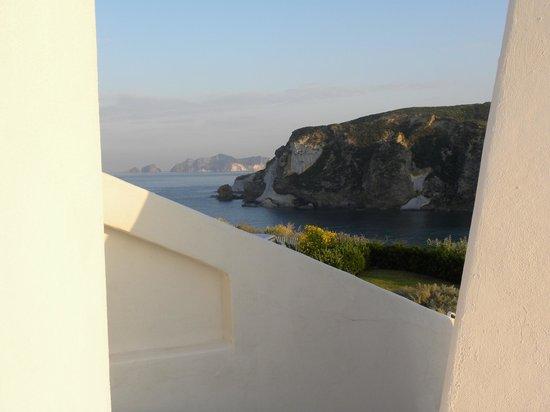hotel chiaia di luna sullo sfondo l'isola di Palmarola