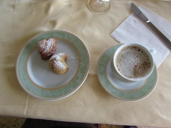 Il Nido Hotel Sorrento: Cookies and cappuccino