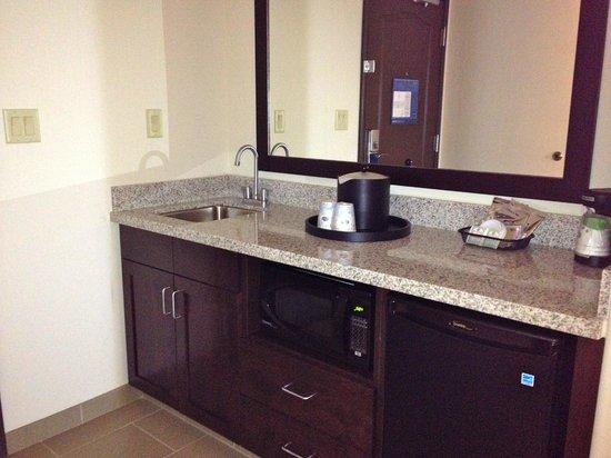 Hampton Inn & Suites Albuquerque North/I-25: Wet bar area