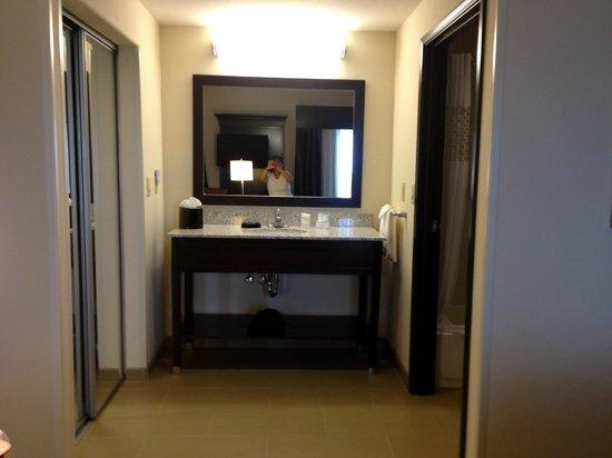 Hampton Inn & Suites Albuquerque North/I-25: Separate sink area