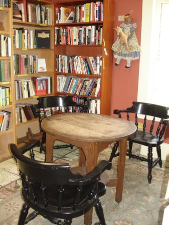 Sandy's Books & Bakery: Eat with the books!