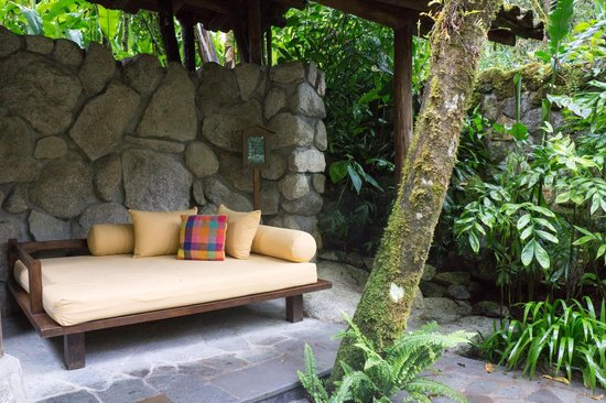 Inkaterra Machu Picchu Pueblo Hotel: The chair by the hot tub in the garden