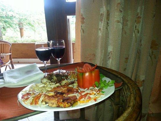 Fragrant Nature Backwater Resort & Ayurveda Spa: Sea food platter with wine