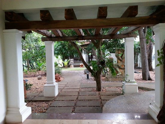 Fragrant Nature Backwater Resort & Ayurveda Spa: Way to the restaurant