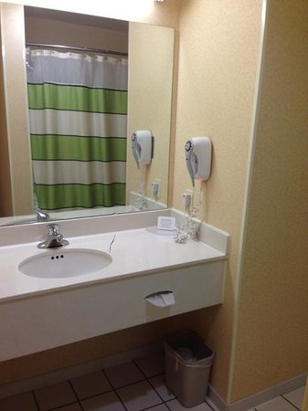 Fairfield Inn & Suites Boone: bath