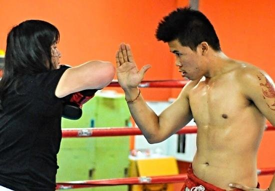 Patong Stadium Muay Thai Gym : Learning to use my elbow with a little more fire.
