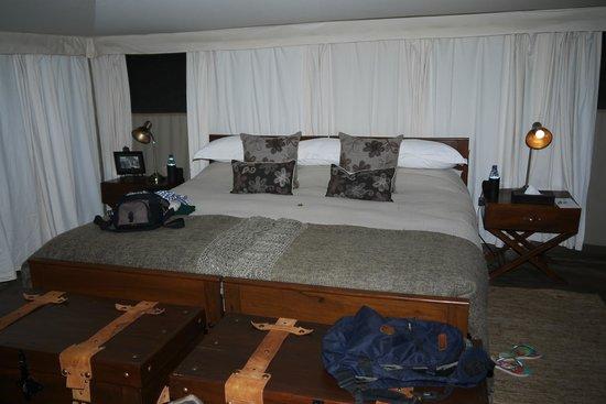 Serengeti Pioneer Camp: cama na tenda