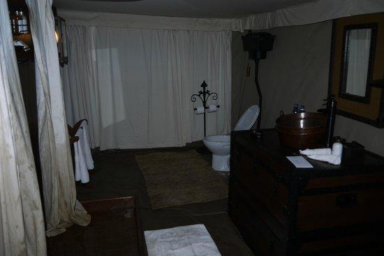 Serengeti Pioneer Camp: chuveiro vaso pia