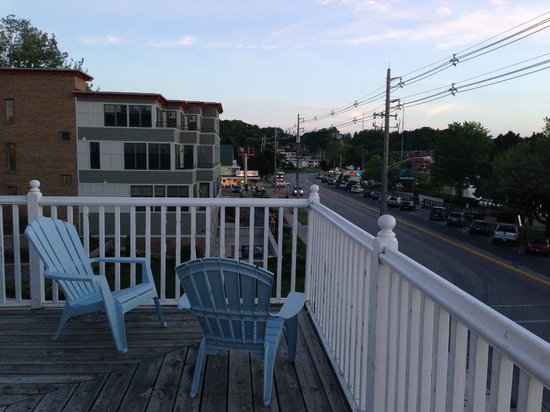 The Harbor House Inn: Great place to relax, watch and enjoy a cup of coffee or a glass of wine.