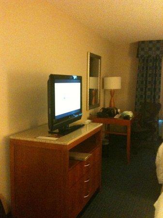 Hilton Garden Inn Tampa Airport Westshore: Desk, Dresser, TV