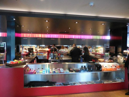 citizenM Schiphol Airport : Bar and breakfast area