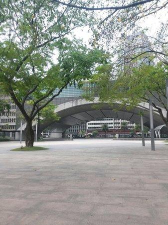 Ayala Triangle Gardens: Makati plaza
