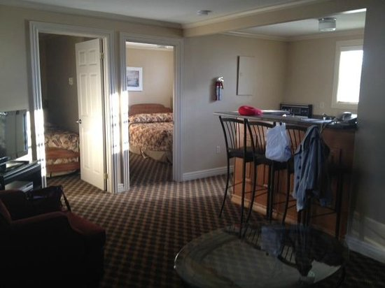 Royal Inn + Suites : Living/dining with view of two bedrooms
