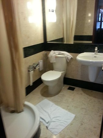 Dusit  Thani Dubai: Second bathroom in two bed roomed apartment