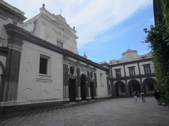 Certosa e Museo di San Martino Napoli: église cour intérieure