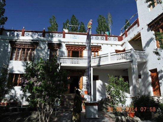 Hotel Samdupling Alchi: Hotel outside view