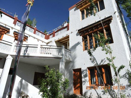 Hotel Samdupling Alchi: Hotel from outside