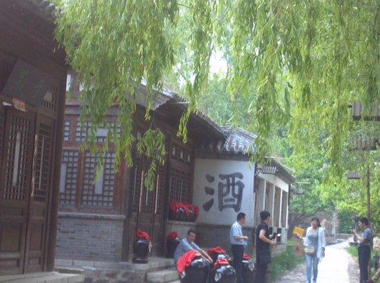 Qianxi County, Chine: 再現された酒屋さんなどの町並み