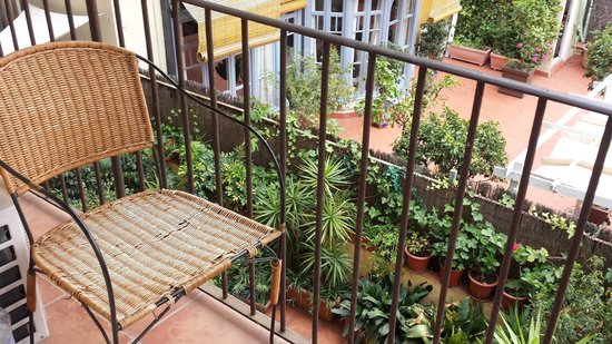 Barcelona Central Garden Hostel: Shared balcony on the second floor with a view of the patio on the first floor